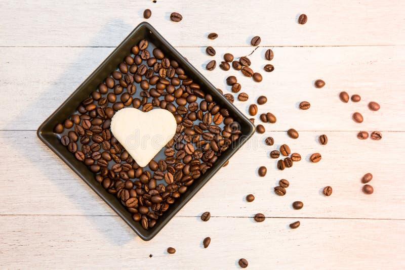 Pão na forma do coração com feijão de café imagens de stock