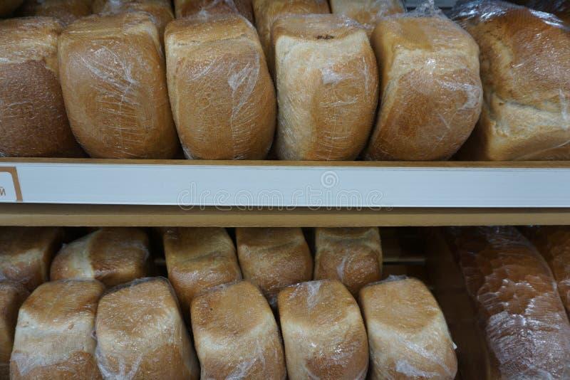 Pão no contador na loja imagens de stock