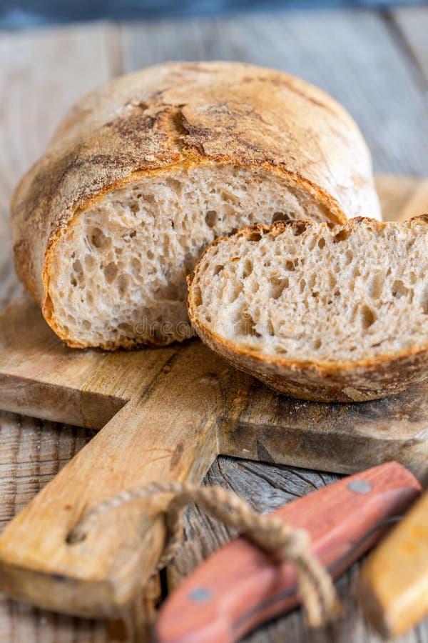 Pão orgânico caseiro da farinha de trigo inteiro fotografia de stock royalty free