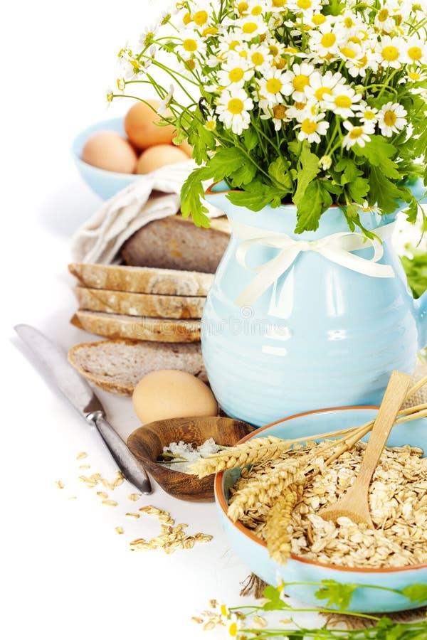 Pão, ovos, aveia e flores imagem de stock