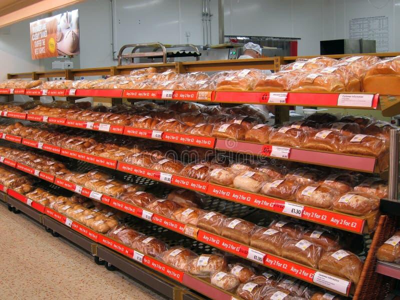 Pão para a venda em prateleiras de loja. fotografia de stock