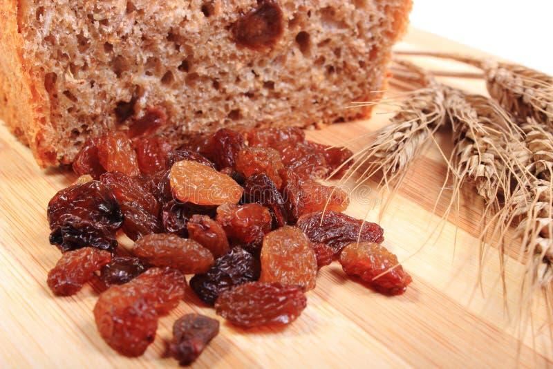 Pão, passas e orelhas cozidos de wholemeal do trigo imagens de stock