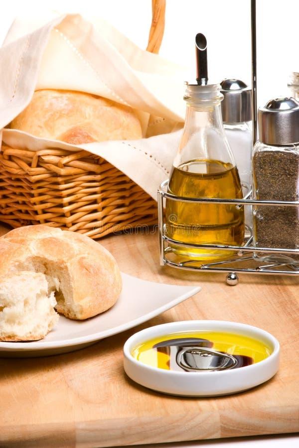 Pão, petróleo verde-oliva e especiarias imagem de stock