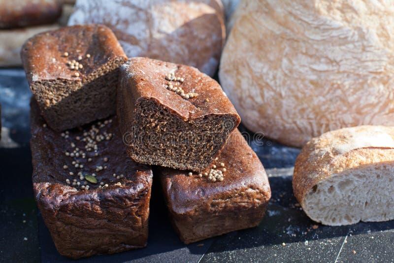 Pão preto caseiro delicioso O pão de Borodinsky é um pão tradicional do centeio-trigo do russo imagens de stock