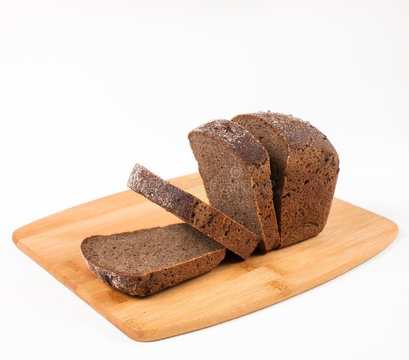 Pão preto de Borodino em uma placa de corte imagens de stock
