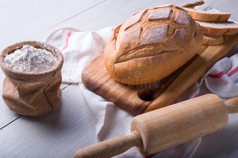 Pão recentemente cozido na placa de corte de madeira fotos de stock royalty free