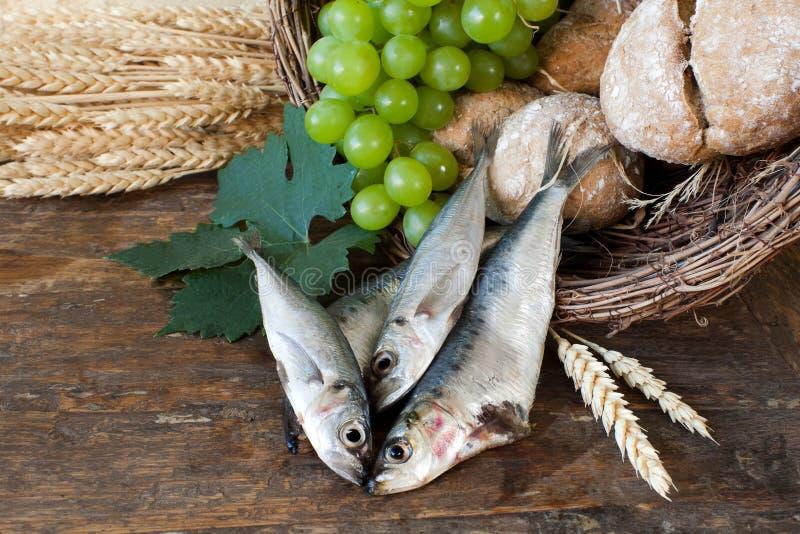 Pão santamente com a cesta dos peixes foto de stock