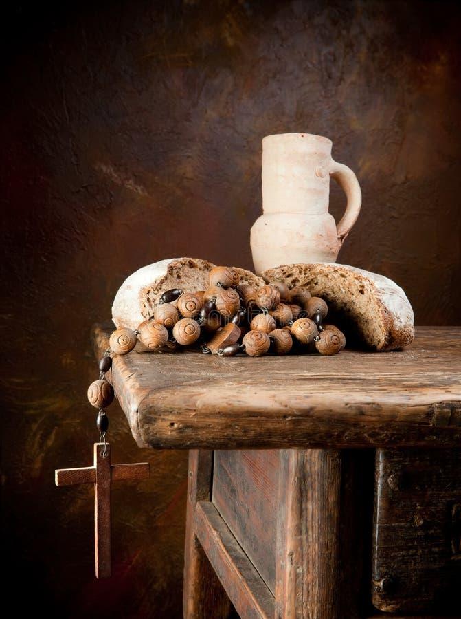 Pão santamente e um rosário imagem de stock