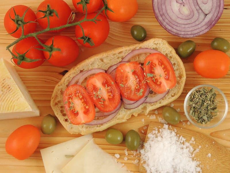 Pão secado Friselle ou Freselle na placa de madeira imagens de stock