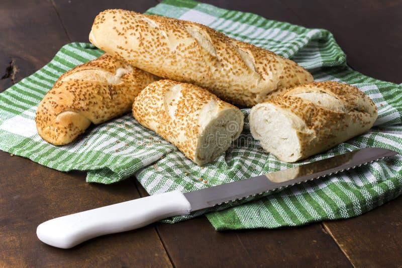 Pão sobre Toalha. Pães com gergelim sobre toalha de tecido stock photo