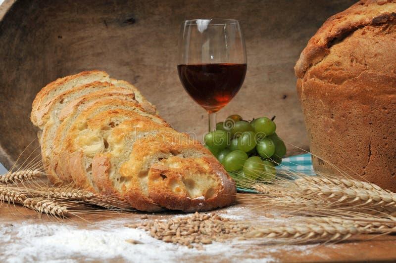 pão suportado fresco com trigo e vinho foto de stock