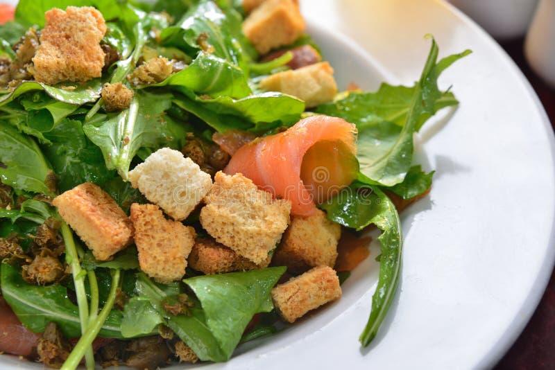 Pão torrado do foguete da salada do salmão fumado fotos de stock