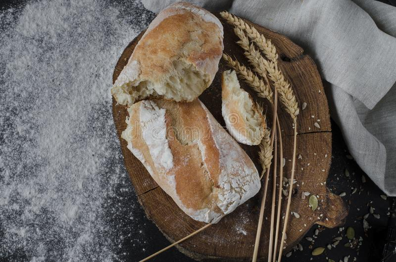 Pão tradicional caseiro recentemente cozido na tabela de madeira rústica fotografia de stock royalty free