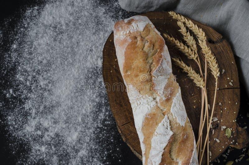 Pão tradicional caseiro recentemente cozido na tabela de madeira rústica imagens de stock royalty free