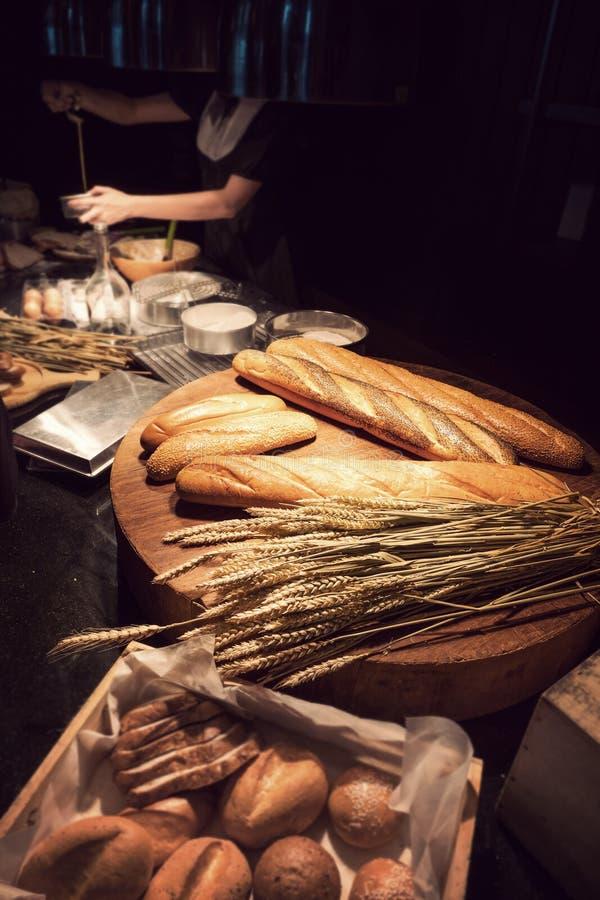 Pão tradicional cozido recentemente caseiro na tabela de madeira fotos de stock royalty free