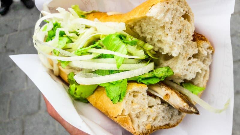 Pão turco dos peixes de alimento da rua com cebolas e verdes/Balik Ekmek foto de stock