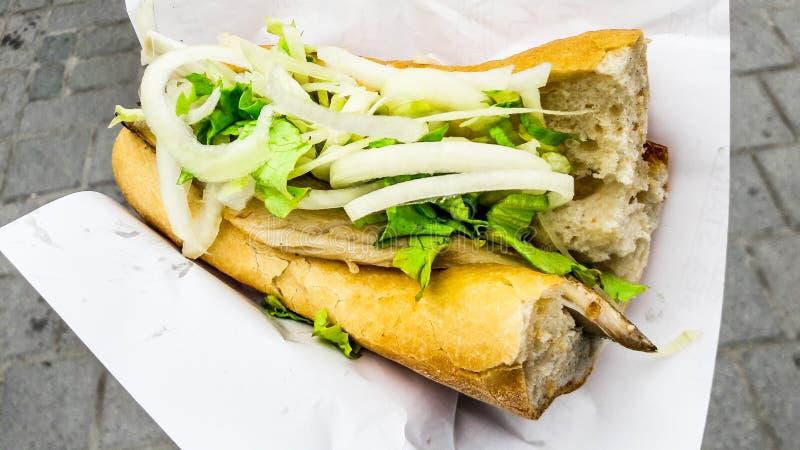 Pão turco dos peixes de alimento da rua com cebolas e verdes/Balik Ekmek imagem de stock