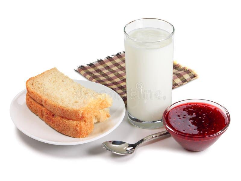 Pão, vidro do leite e doce de framboesa imagem de stock royalty free