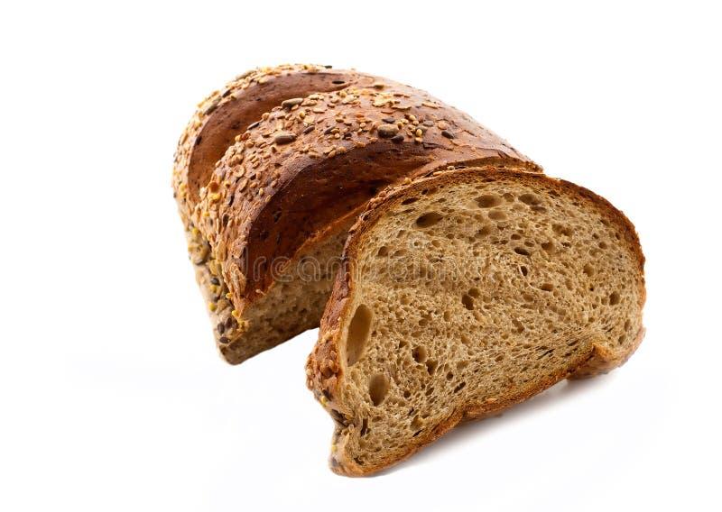 Pão wholegrain fresco cortado isolado sobre o fundo branco imagem de stock royalty free