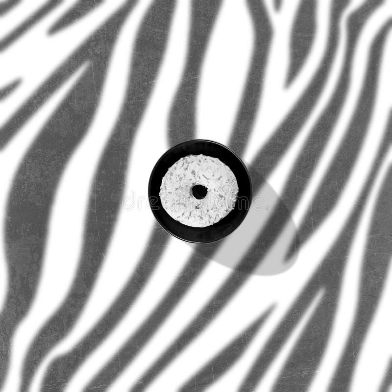 Pączek z śmietanką na czarnym talerzu na zebra wzorze zdjęcie stock