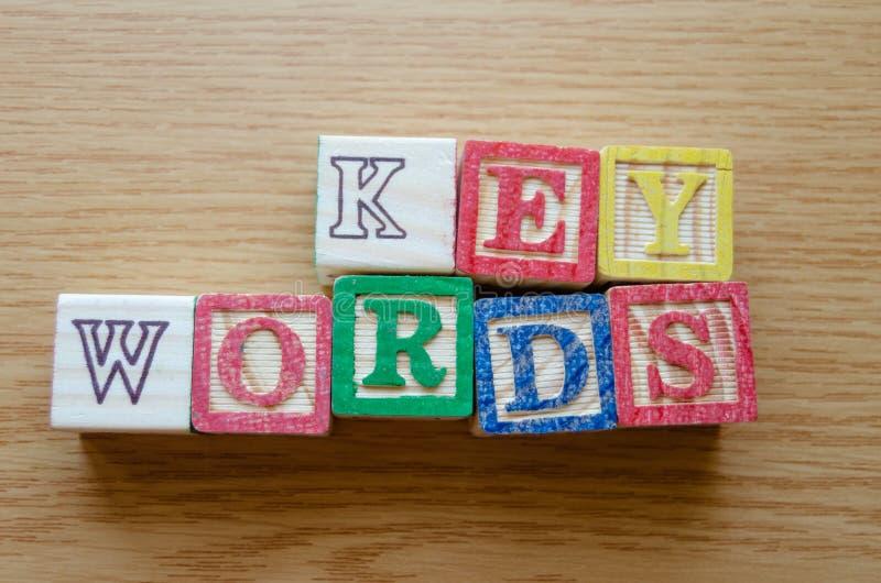 Pädagogische Spielzeugwürfel mit den Buchstaben organisiert, um Wort SCHLÜSSELWÖRTER anzuzeigen - Redigieren von Metadaten und vo lizenzfreies stockfoto