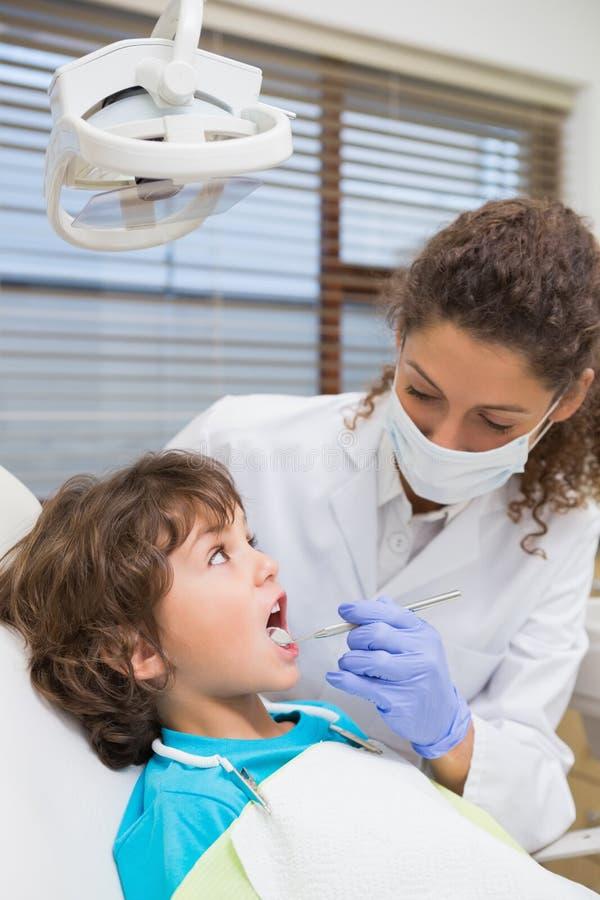 Pädiatrische Zahnarztuntersuchung Zähne der kleinen Jungen im Zahnarztstuhl lizenzfreies stockfoto