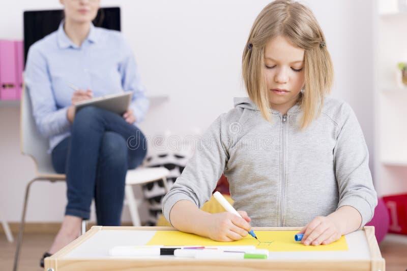 Pädiatrischer Beschäftigungstherapeut, Patienten beobachtend stockbilder