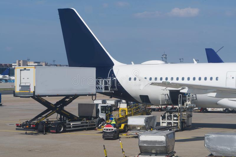 Päfyllning av ett flygplan royaltyfria bilder