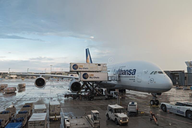 Päfyllning för Lufthansa flygbuss A380 på den Frankfurt flygplatsen fotografering för bildbyråer