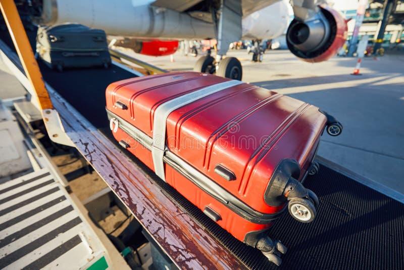 Päfyllningsbagage till flygplanet royaltyfri bild