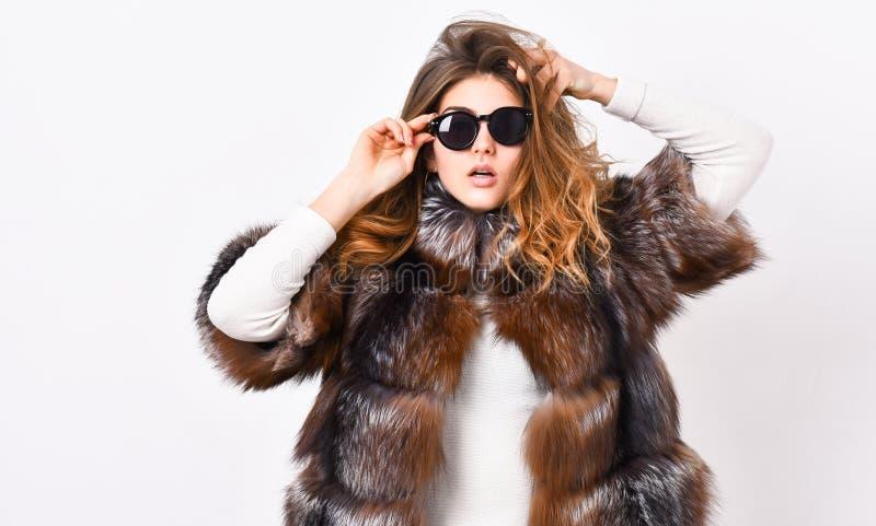 Pälsmodebegrepp Kvinnligt brunt pälslag Pälslagermodellen tycker om varmt i mjukt fluffigt lag med kragen Kvinnakläder royaltyfria bilder