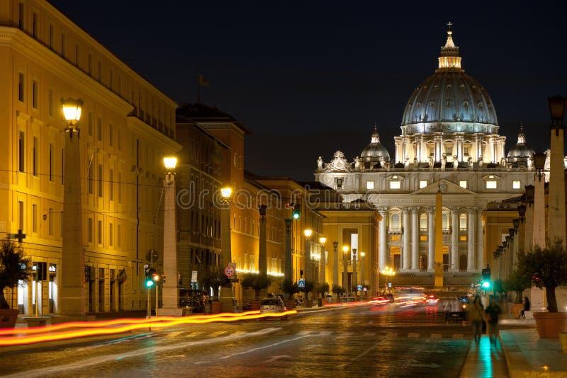 Päpstliche Basilika des Heiligen Peter nachts lizenzfreie stockfotos