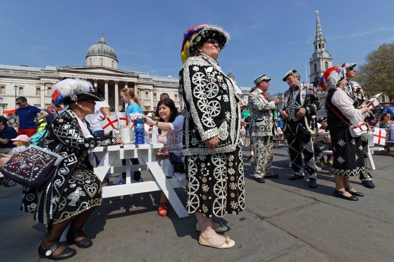 Pärl- konungar och Queens på festmåltiden av St George i Trafalgar Square arkivbild
