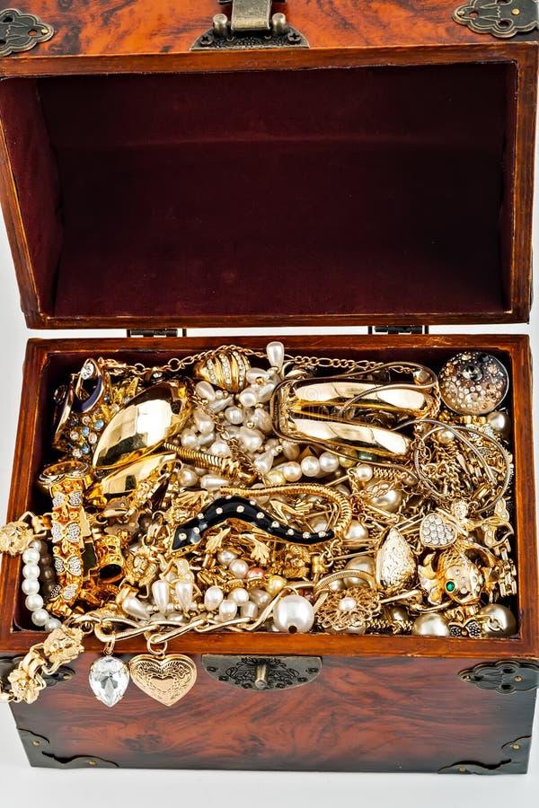pärla för armband för diamant för öppen orm för skattbröstkorg guld- arkivfoto