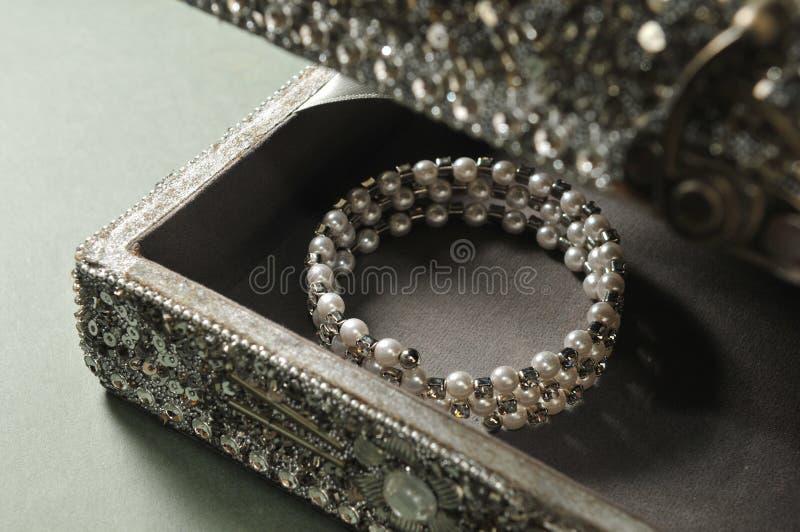 Pärlemorfärg armband fotografering för bildbyråer