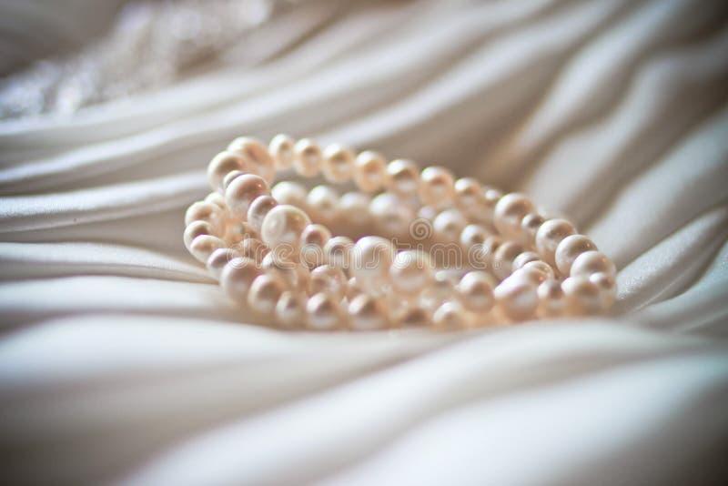 Pärlemorfärg armband royaltyfri foto