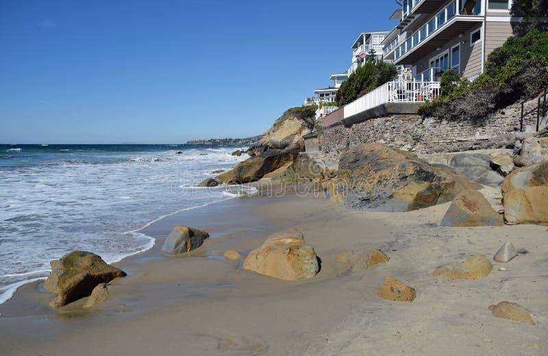 Pärlemorfärg gatastrand längs den sydliga Kalifornien kustlinjen i södra Laguna Beach fotografering för bildbyråer