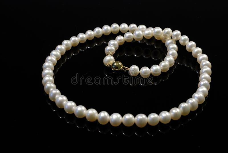 Pärlemorfärg halsband arkivfoto