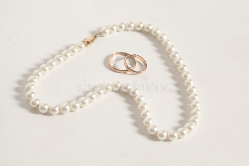 Pärlemorfärg halsband i vigselringar för hjärtaformslut royaltyfri bild