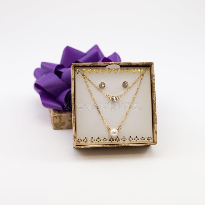 Pärlemorfärg halsband med Diamond Earrings royaltyfria bilder