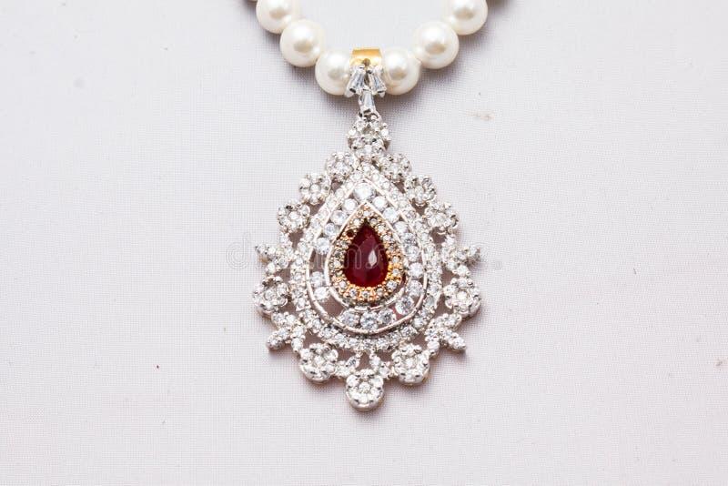 Pärlemorfärg halsband med en hänge arkivfoto