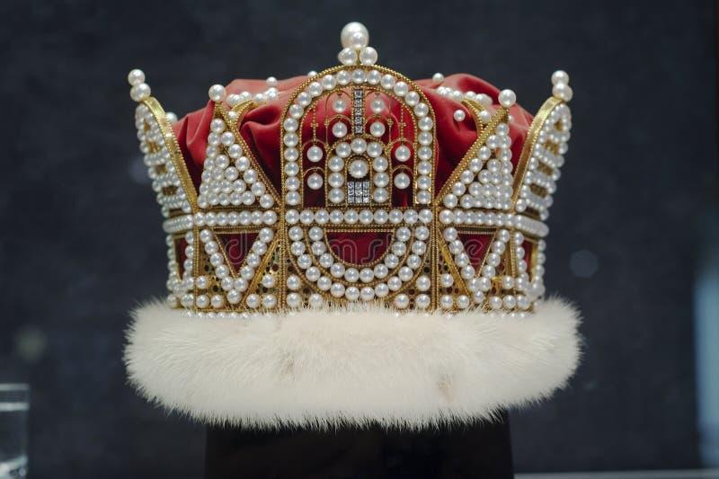Pärlemorfärg krona royaltyfria foton