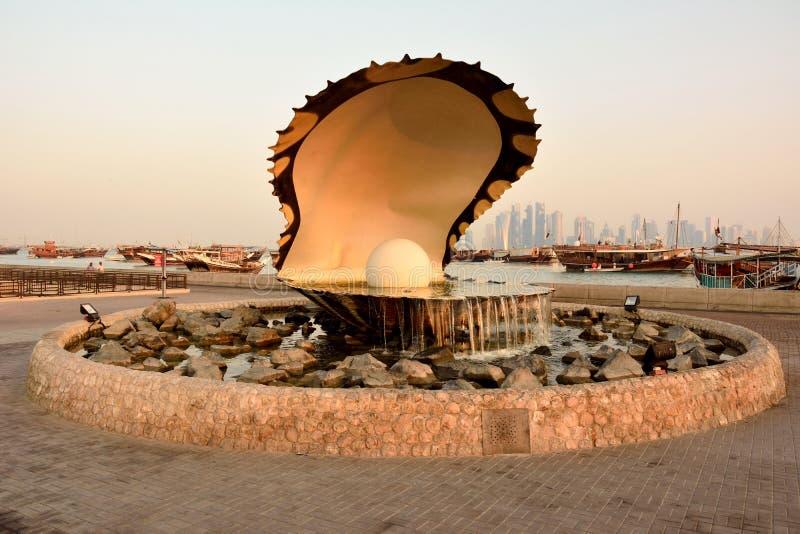 Pärlemorfärg monument i Doha på soluppgång royaltyfri bild
