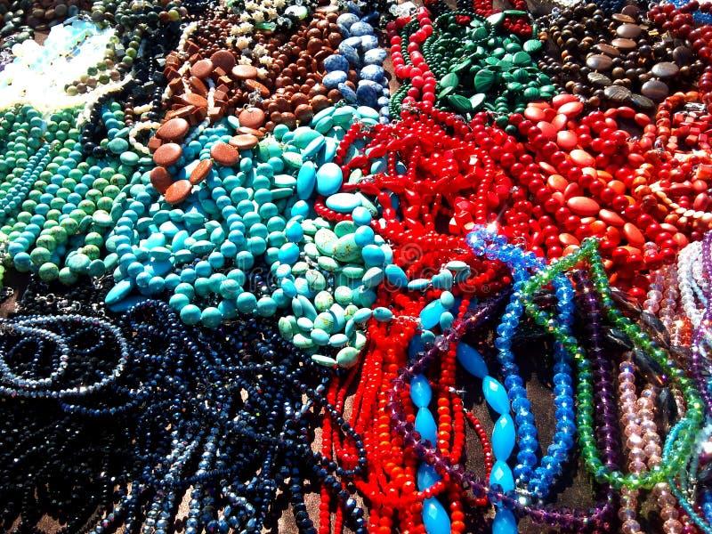 Pärlor och halsband som skiner i solen arkivbild