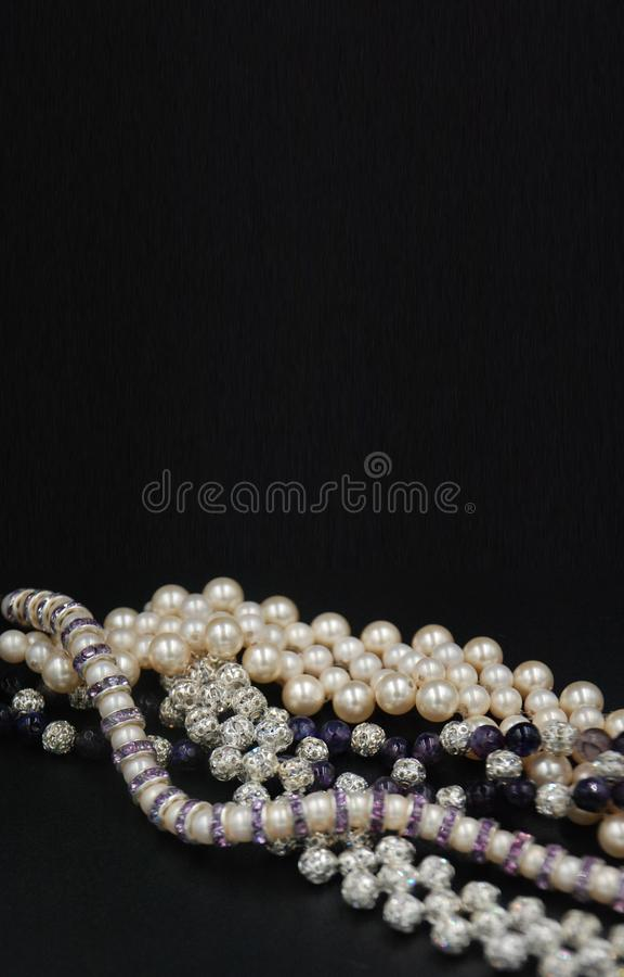 Pärlor och kristaller prydde med pärlor smycken royaltyfri bild