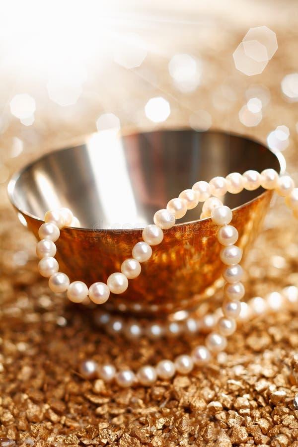 Pärlor och silver royaltyfri bild