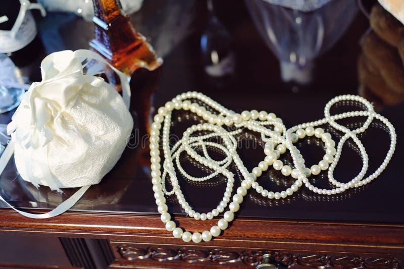 Pärlor och snör åt påsen arkivbild