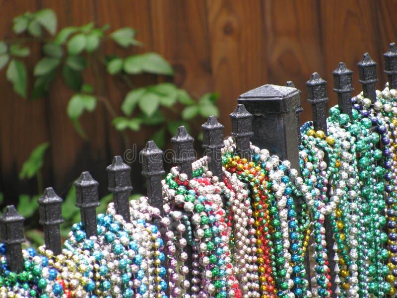 Pärlor på ett staket arkivfoton