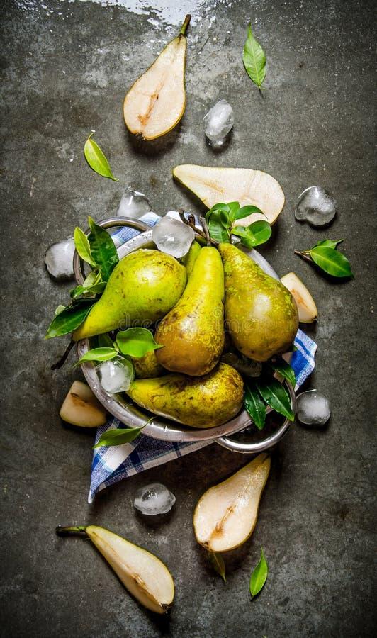 Päron i en kastrull med sidor och is royaltyfri bild