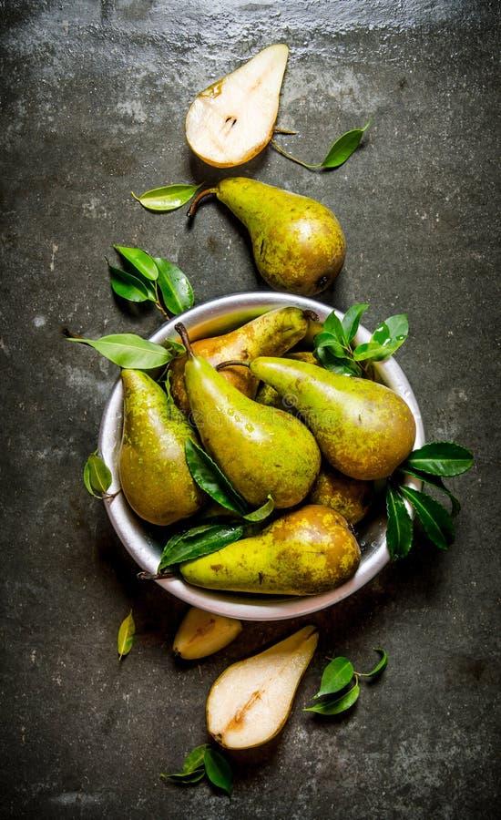 Päron i en kastrull med sidor och is royaltyfria foton